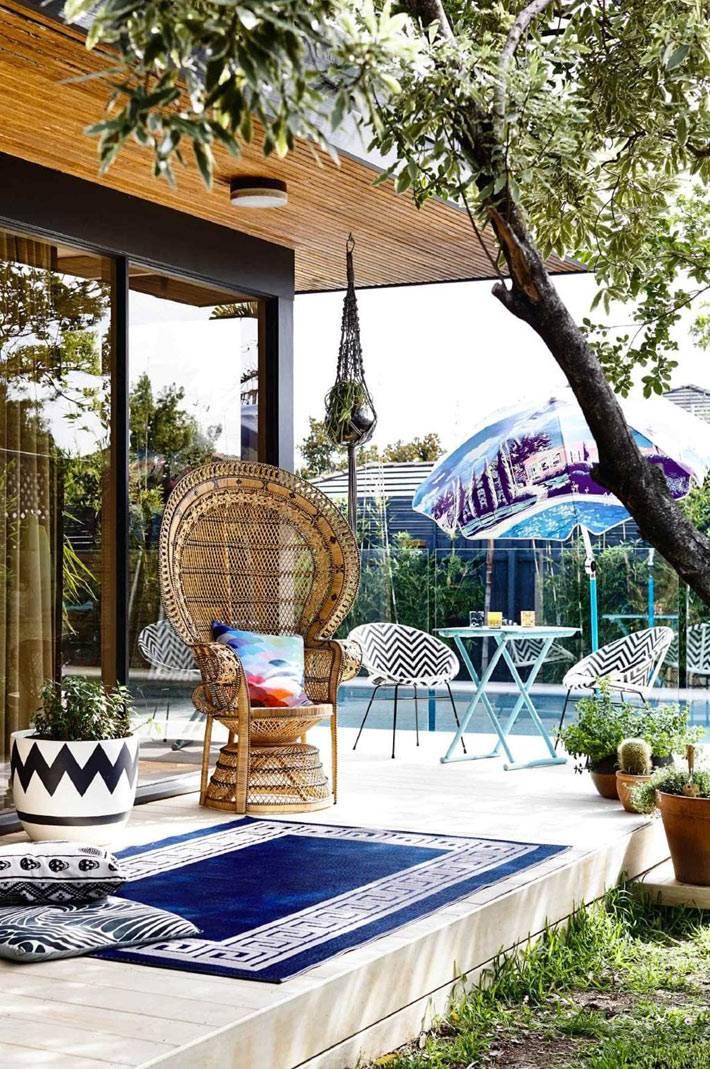 внутренний двор с плетеной мебелью и бассейном