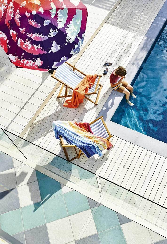 деревянная терраса из белых досок возле бассейна