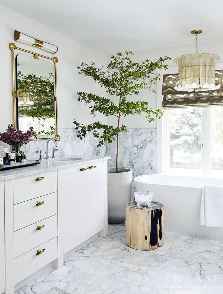 живые растения в ванной комнате, мрамор на полу и станах интерьера