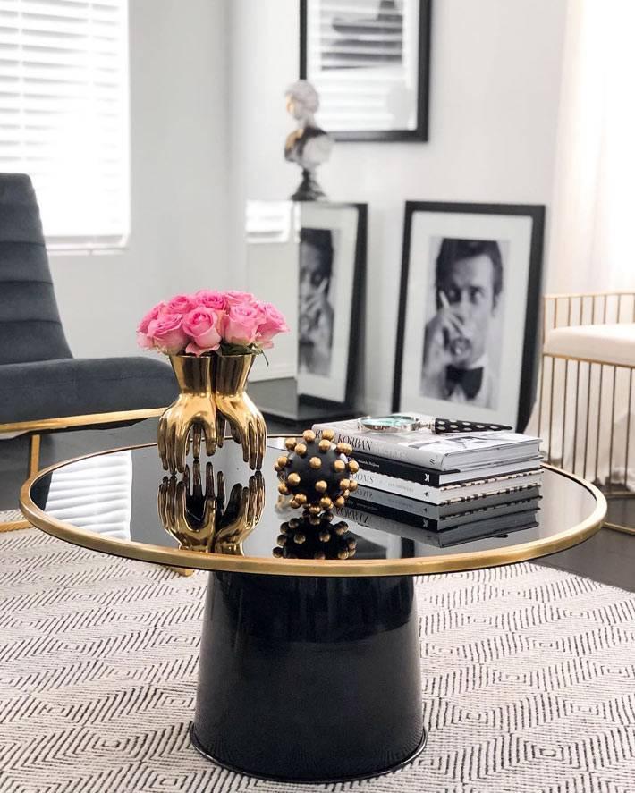 черный глянцевый журнальный стол с золотой окантовкой