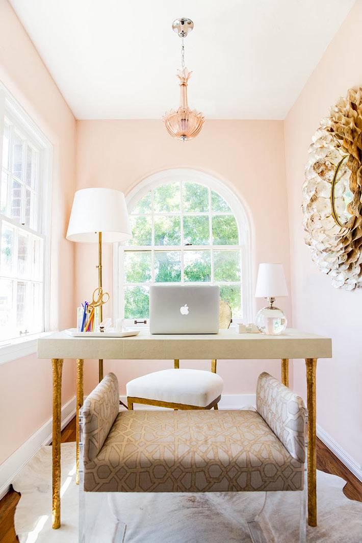женственный интерьер домашнего кабинета с двумя окнами