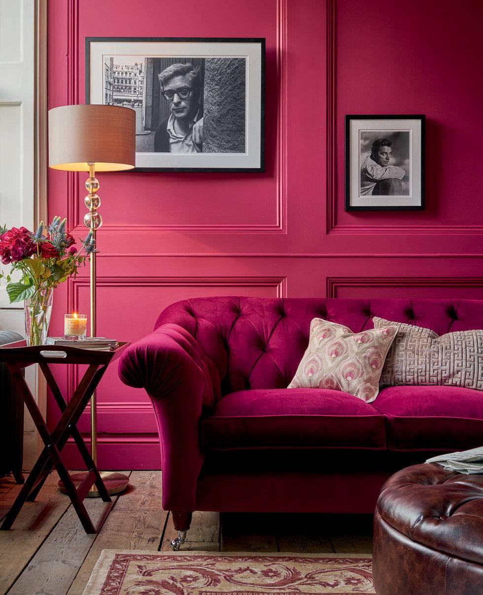 диван и стена цвета фуксии, раскладной придиванный столик