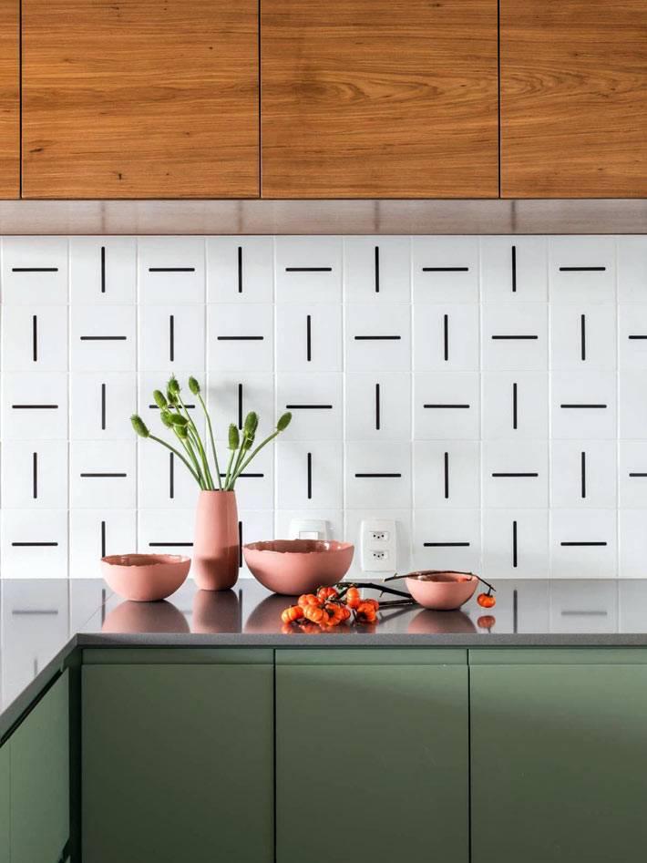 белая плитка с черными полосами для кухонного фартука