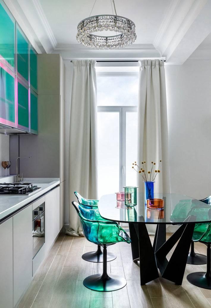 современная мебелт для кухни из цветного прозрачного пластика