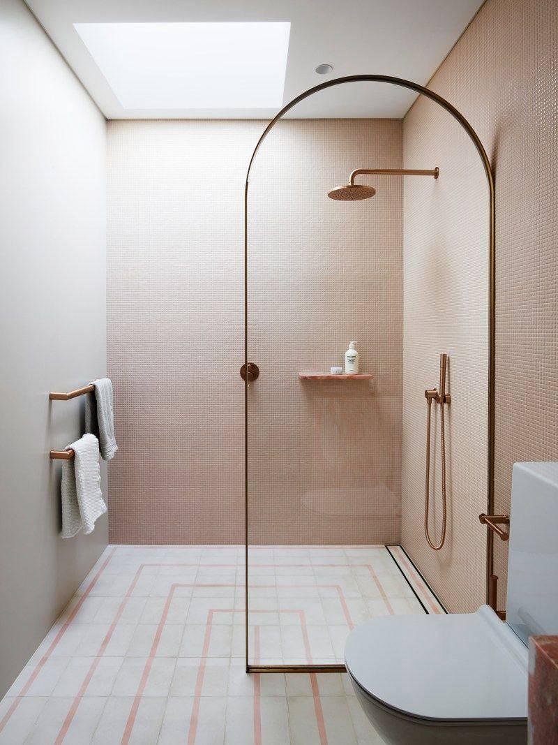 бледно розовая мелкая плитка для стен душевой фото
