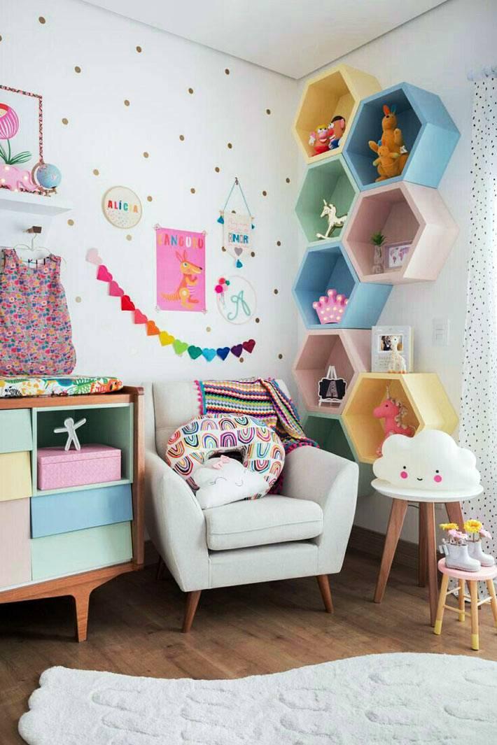 разноцветные детские полки в форме сот фото