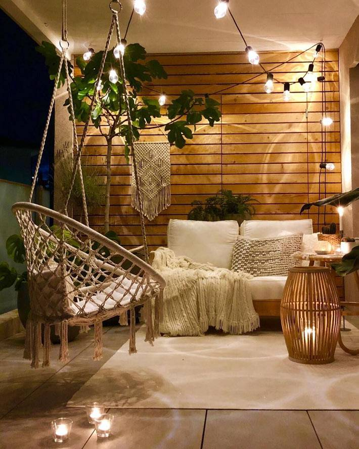 подвесное кресло их макраме, деревянные доски на стене