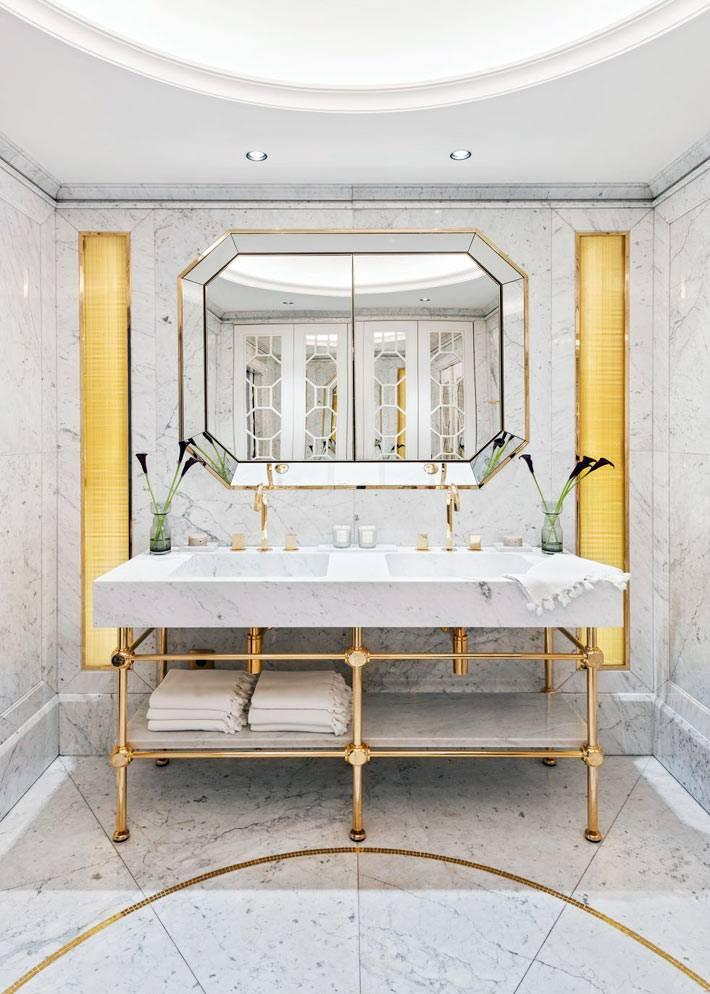 Роскошь мраморной ванной комнаты с золотым декором