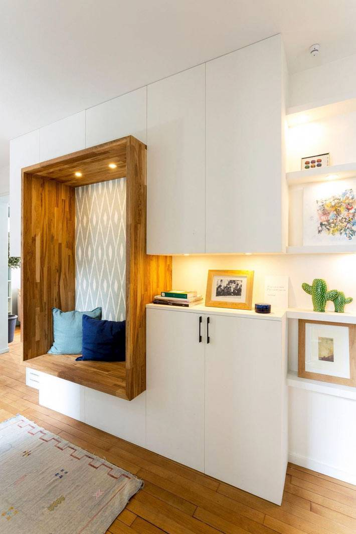 белые шкафы прихожей с деревянной вставкой фото