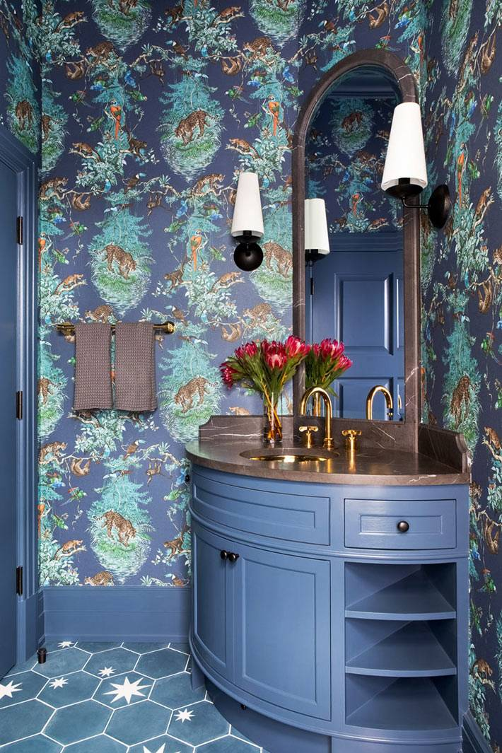 синие обои и мебель под раковину в ванной фото