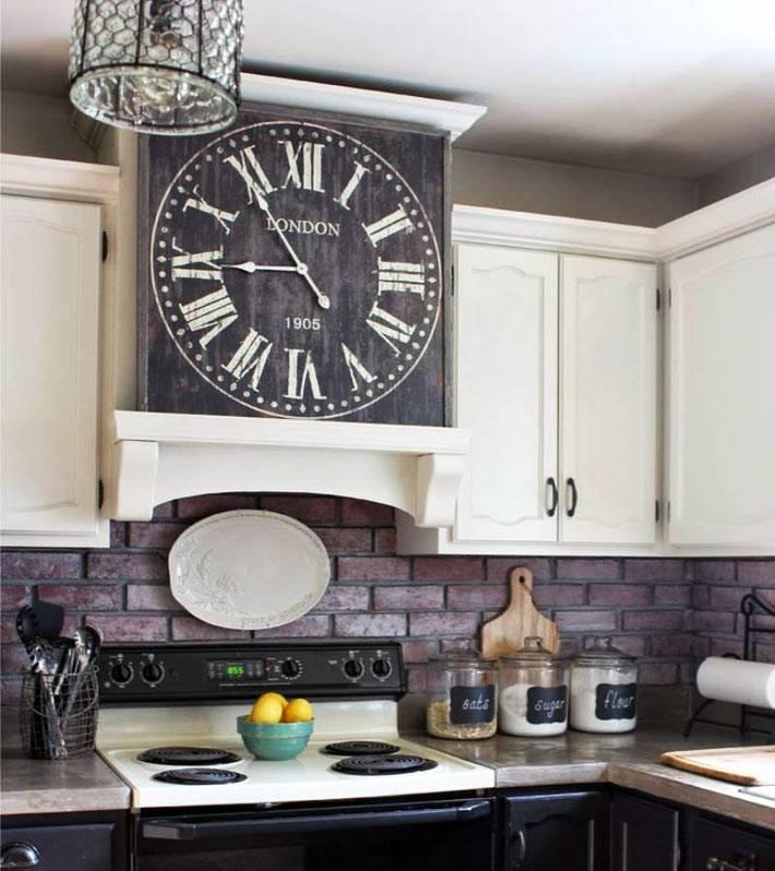Часы в интерьерах разных комнат (20+ фото)