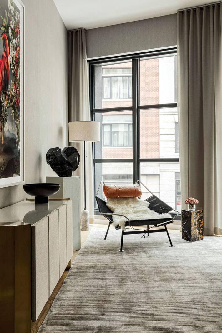 Оптимистичный интерьер квартиры в Трибеке с предметами искусства