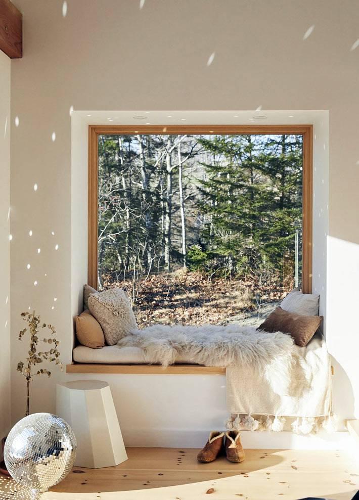 большое окно без штор в частном доме