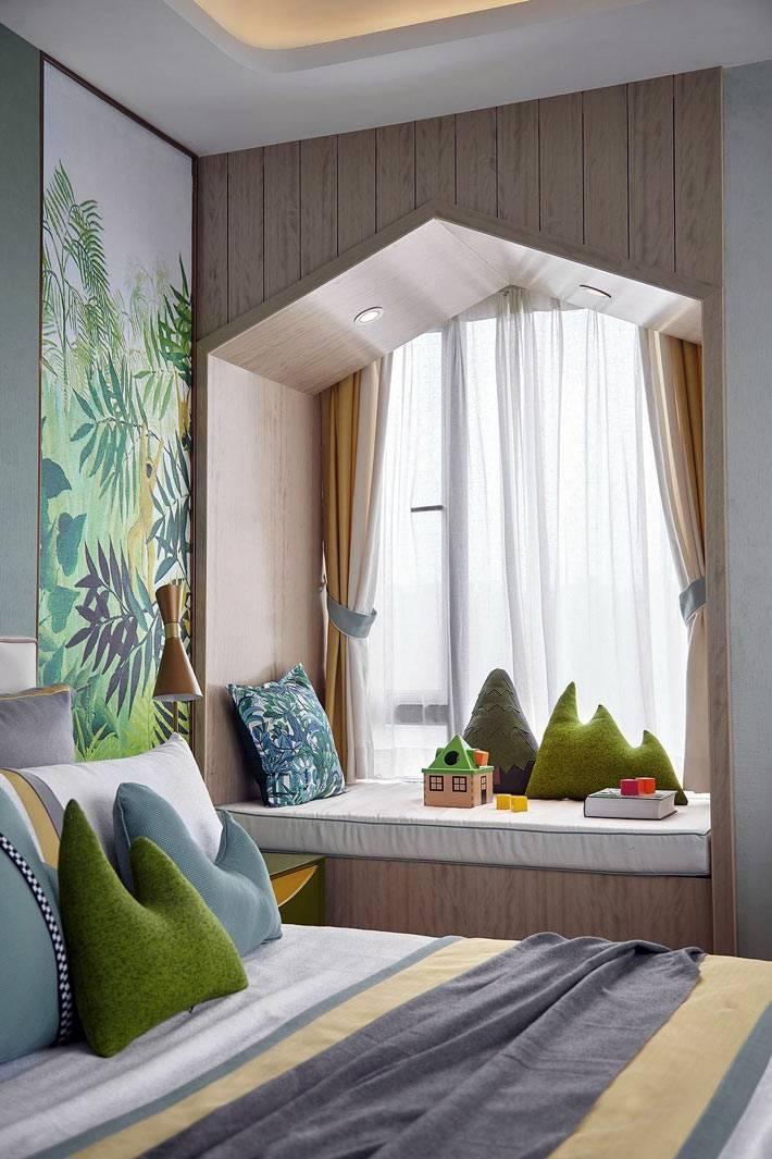 подоконник с матрасом и разноцветными подушками в спальне