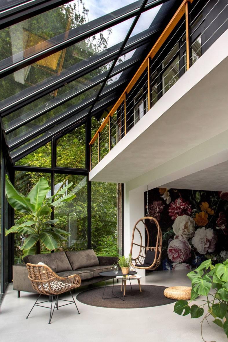 интерьер комнаты со стеклянными стенами и крышей