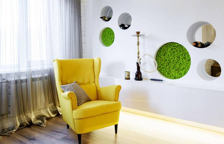 желтые кресла, круглые ниши в стене