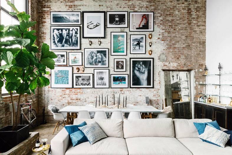 кирпичная стена с галлереей фотографий и картин
