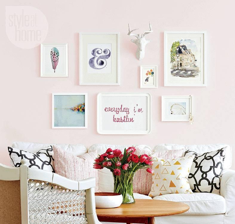 пастельная розовая стена с красивыми картинками