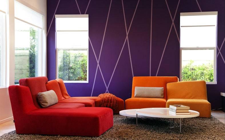 фиолетовая стена с белыми полосами, красный диван