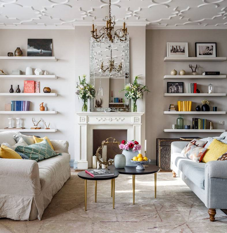 круглые кофейные столики между двумя диванами фото