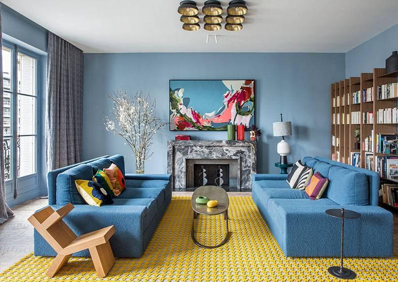 синие диваны в гостиной с синими стенами фото