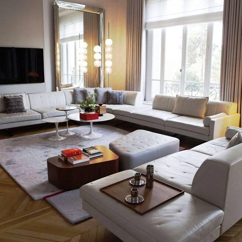 гостиная с большим диваном по периметру комнаты