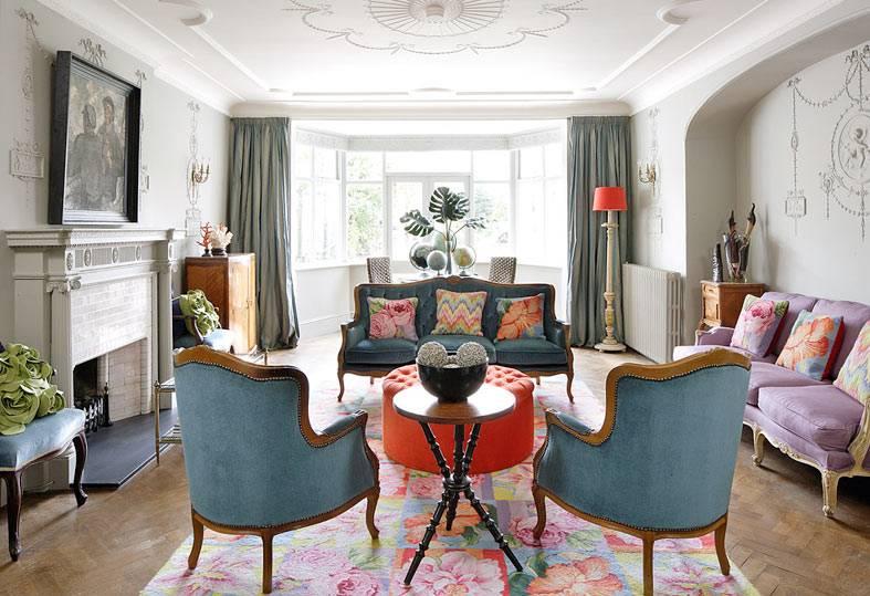 несколько диванов с разной обивкой и креслами