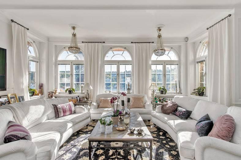 классическая гостиная с белыми диванами фото