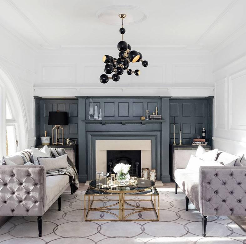 неоклассический интерьер гостиной в диванами на ножках