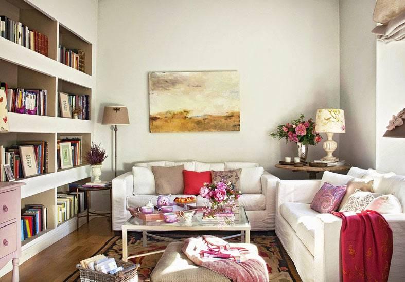 уютная гостиная с диванами из ИКЕА и книжным стеллажом