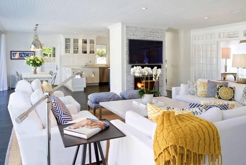 красивая гостиная комната с кухней и столовой