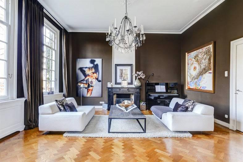 скандинавский интерьер с коричневыми стенами и белыми диванами