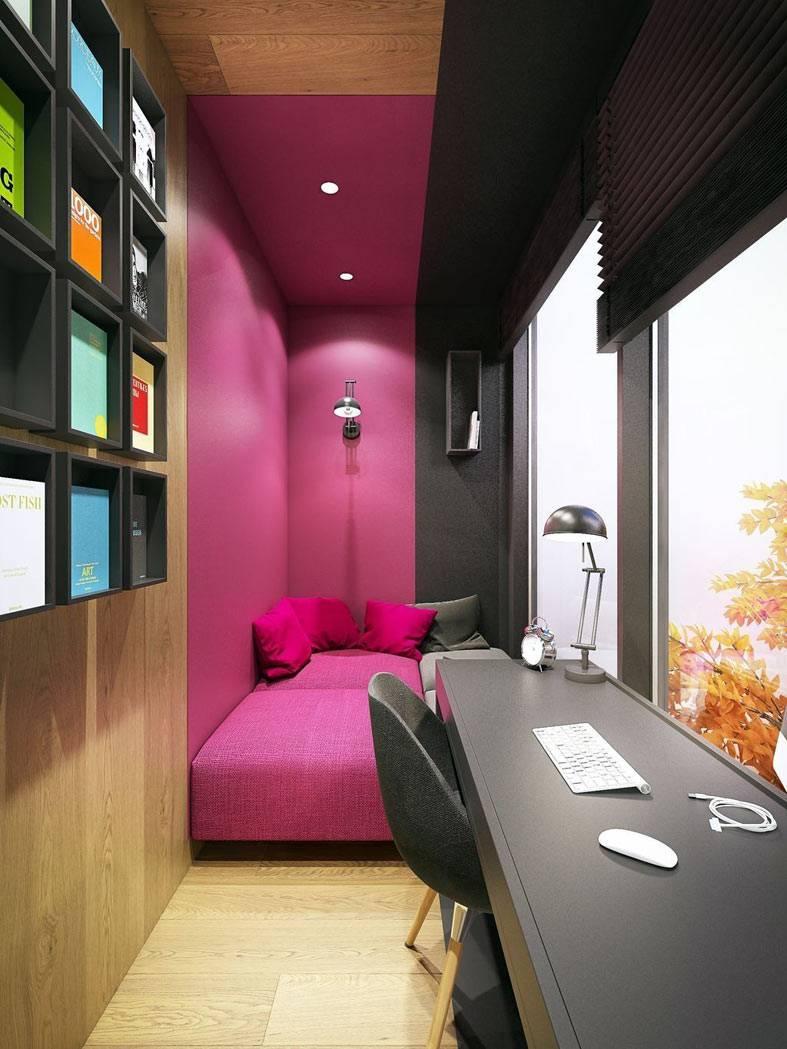 розовый диван на балконе и черный рабочий стол