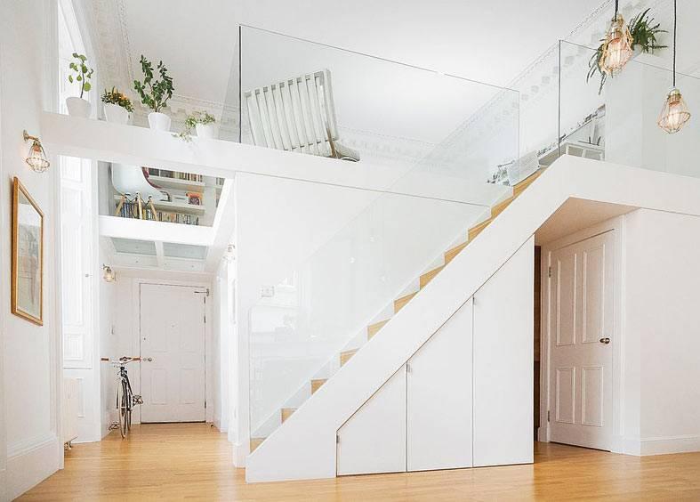 белая лестница на второй єтаж в квартире фото