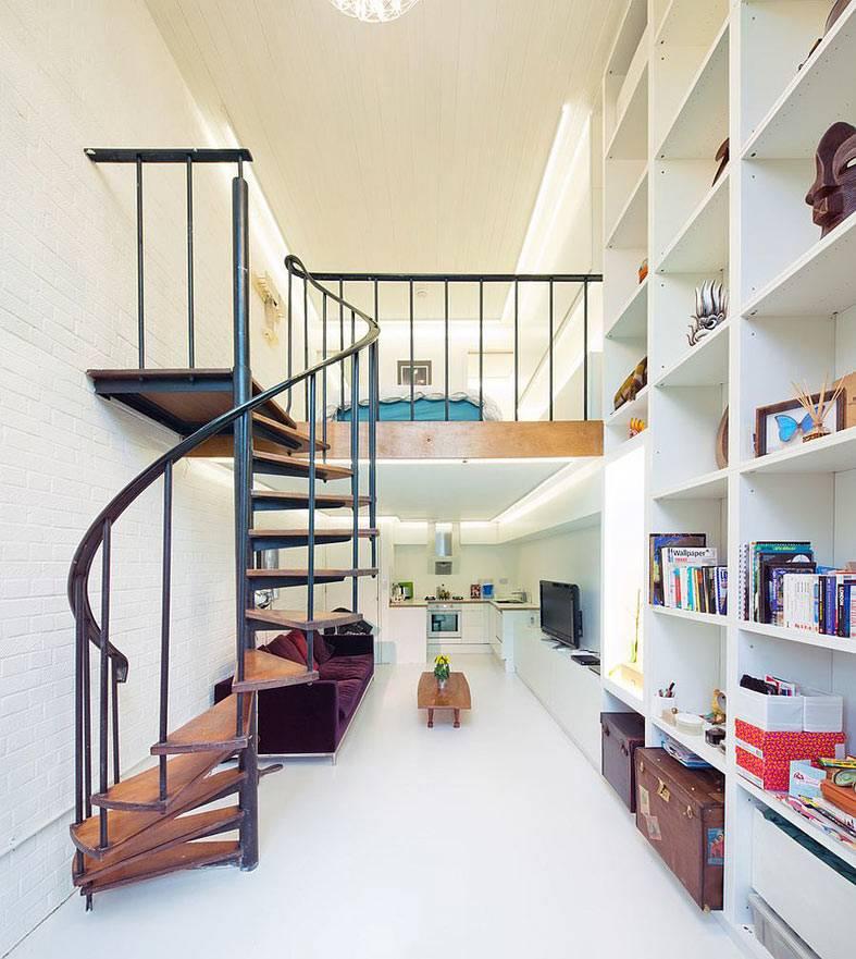 маленькая квартира с высокими потолками, винтовая лестница