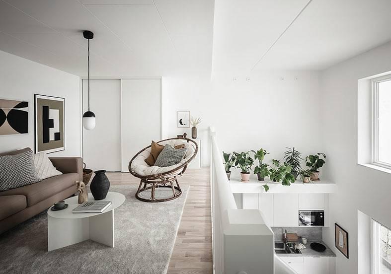 кргулое кресло папасан, гостиная на втором ярусе в доме