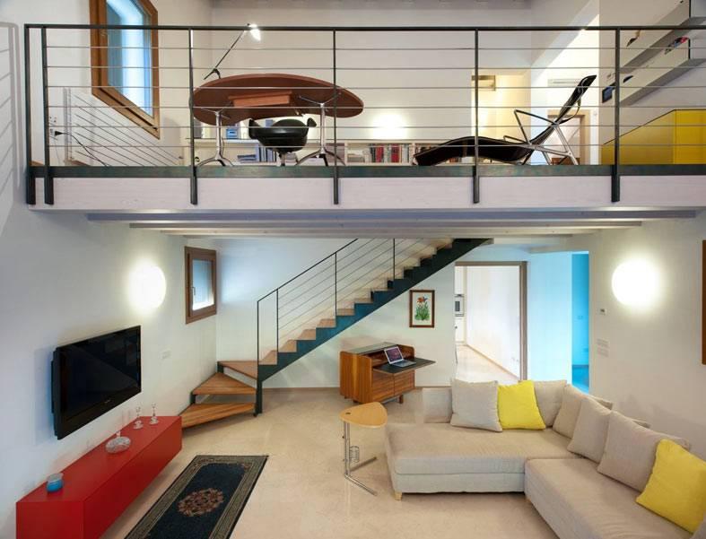 серый диван с желтыми подушками, лестница на второй ярус