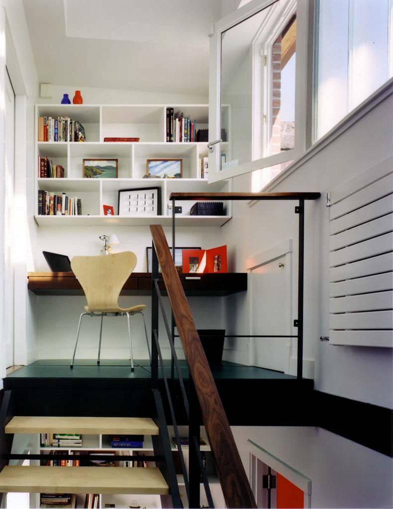 небольшой домашний кабинет со столом и полками для книг