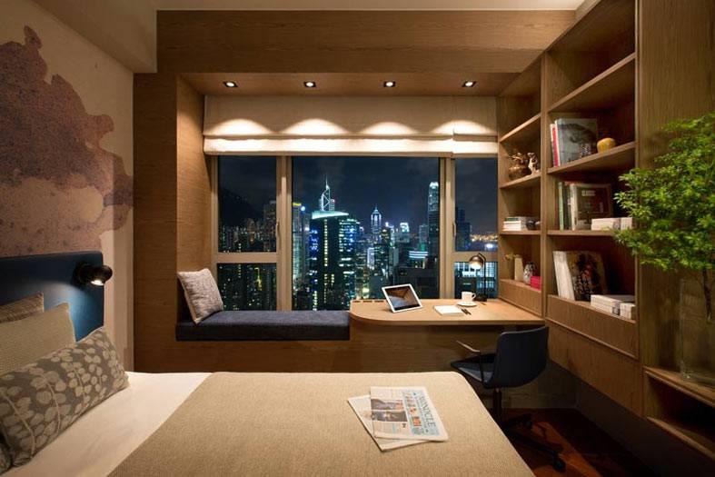 камерная атмосфера в уютной спальне с видом на город