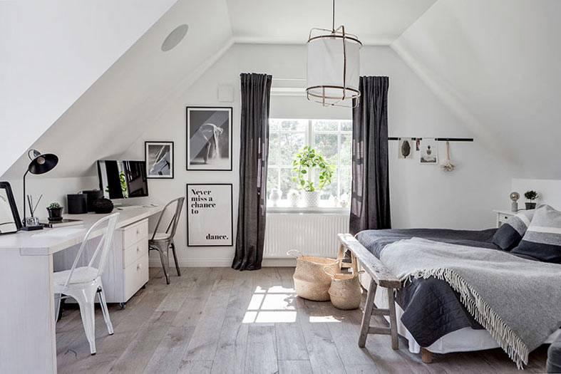 черно-белая мансардная спальня с большим рабочим столом