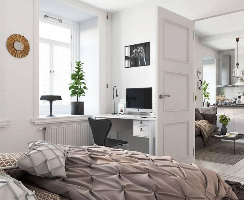 маленькая белая спальня с местом для работы