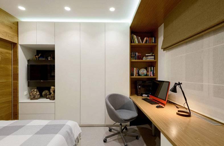 удобное устроенное рабочее место в спальне подростка