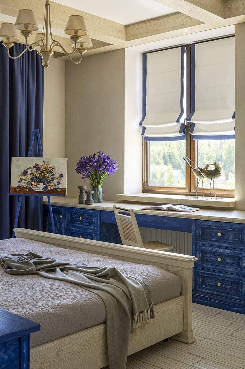 спальня в стиле прованс с большим столом под окном