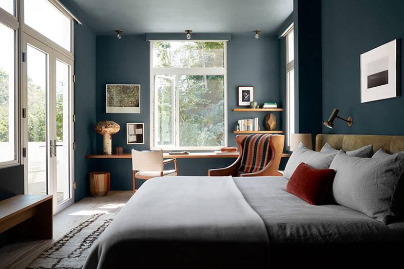 большая спальня с черными стенами и тремя окнами