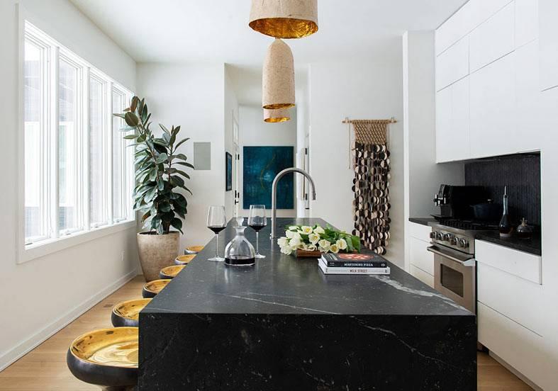Стильный контрастный дизайн интерьера дома в Чикаго