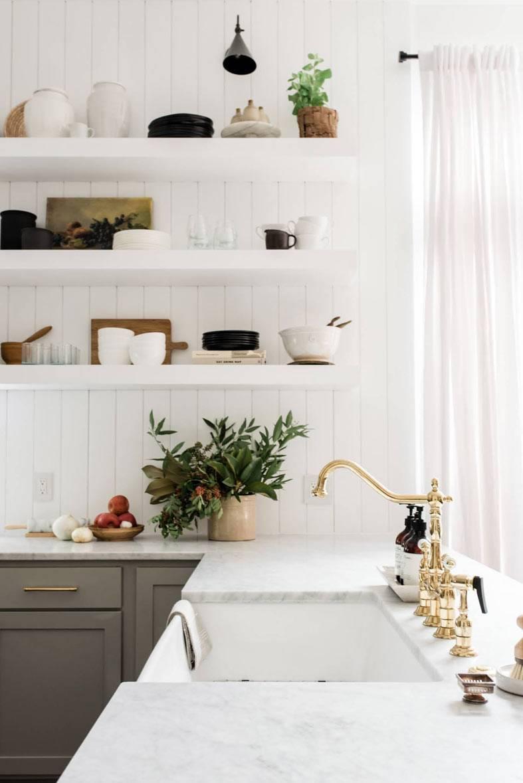 Небольшая уютная кухня с открытыми полками для хранения посуды