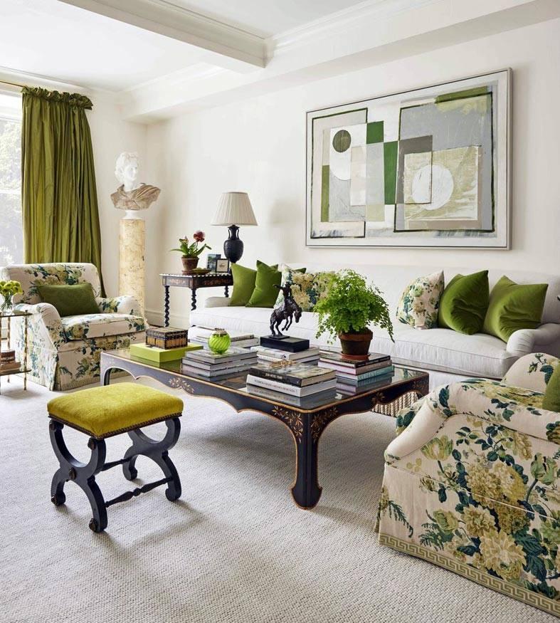 зеленые шторы и подушки на диванах в гостиной