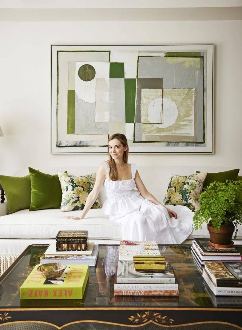 хозяйка красивых апартаментов на белом диване