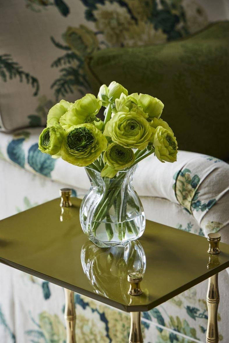 зеленые ранункулюсы на кофейном столике