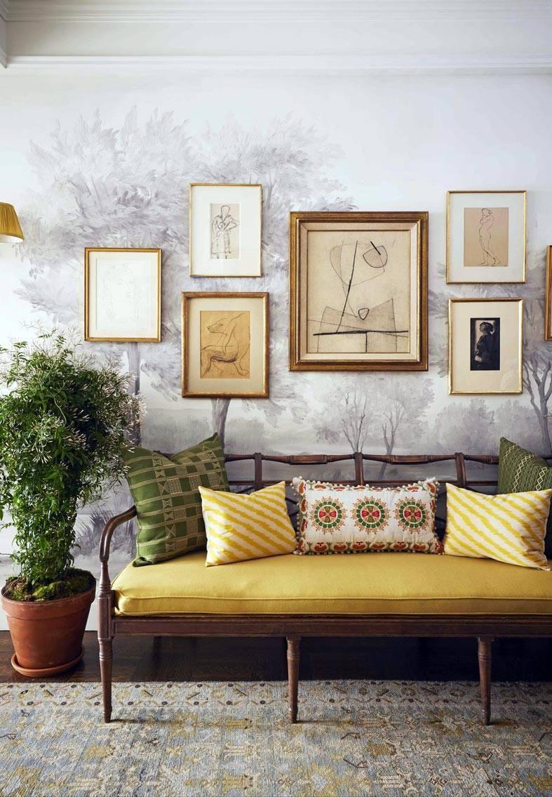 скамья ручной работы с желтым матрасом в коридоре
